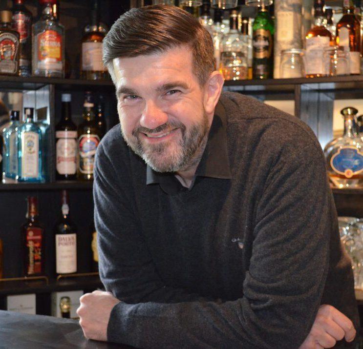 Henrik Bruhn i baren